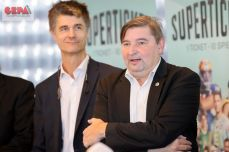 GRAZ,AUSTRIA,12.NOV.18 - SPORT DIVERS - Joint cooperation 10 Bundesliga clubs, press conference Superticket. Image shows Sebastian Egger-Mraulak (UBI Basketball) and Michael Schweighofer (HSG Graz). Photo: GEPA pictures/ Christian Walgram